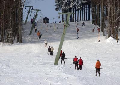 Skigebiet mit Flutlicht