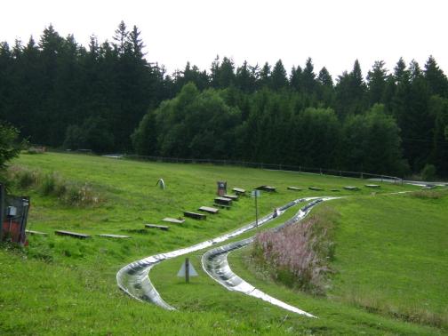 Auf dieser Rodelbahn kann man sogar Wettrennen fahren, bis ins Tal